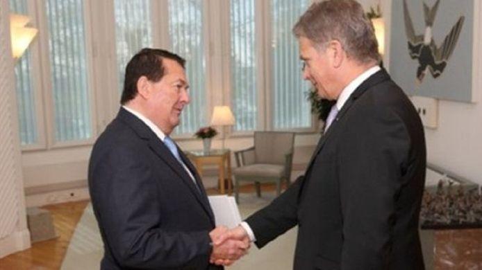 Michael Zammit Tabona (links) tijdens het aanbieden van zijn geloofsbrieven aan de Finse president Sauli Niinistö, in 2014