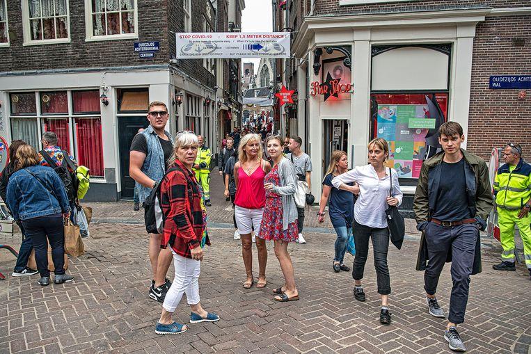 Het is veel Frans en bovenal Duits wat er zaterdagavond over de grachten klinkt, van bezoekers die last minute hebben besloten met de auto naar Amsterdam te komen. Beeld Guus Dubbelman / de Volkskrant