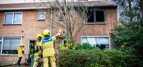 Uitslaande brand in hoekwoning in Strijen, meerdere woningen ontruimd