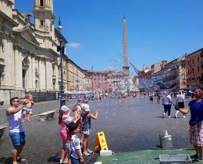 Een bellenblaaskunstenaar op het Piazza Navona.