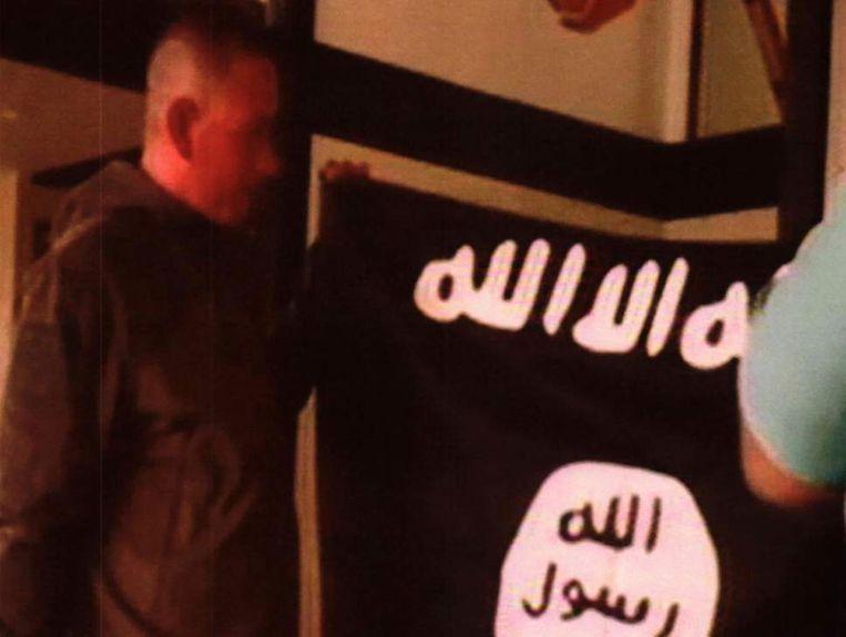 De Amerikaanse sergeant Kang met de IS-vlag.