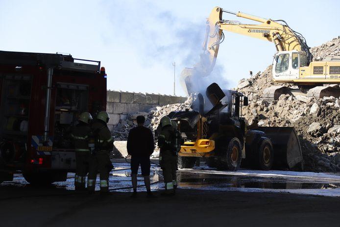 De brand in de loader op het bedrijventerrein in Wanroij is bijna uit.