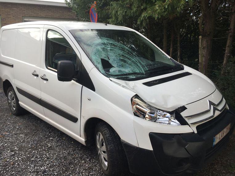 De voorruit van de witte bestelwagen raakte beschadigd na de aanrijding.