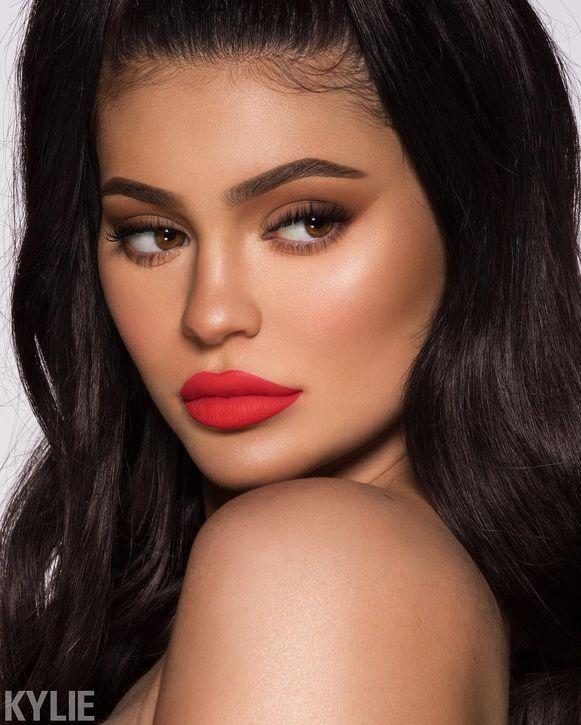 Kylie Jenner stift haar lippen natuurlijk het liefst met haar eigen lipstick.