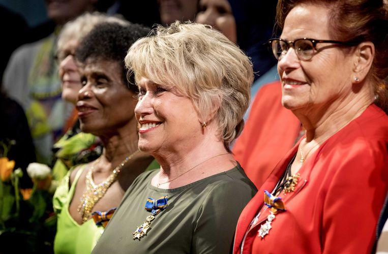 Actrice Jenny Arean in De Nieuwe Kerk met haar koninklijke onderscheiding. De cabaretière is tijdens de jaarlijkse lintjesregen benoemd tot Ridder in de Orde van de Nederlandse Leeuw. Beeld ANP