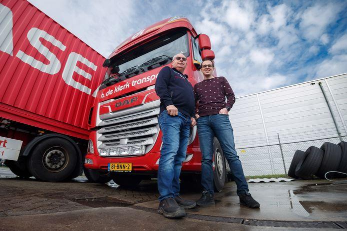 Vader Hennie de Klerk (61) en zijn opvolger Arno (30), de vierde generatie transporteur in honderd jaar.