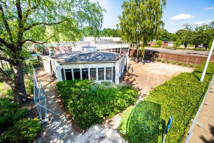 Eindhoven ED2020-4608 Het lage houten gebouw het Paviljoen op de Lismortel TU/E