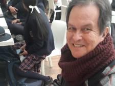 Haagse Gerry (77) cremeerde zijn broer en raakte tijdens terugvlucht in coma, zijn familie is radeloos