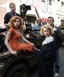 De actrices Halina Reijn en Carice van Houten, regisseur Paul Verhoeven en de opnameleider op de set van de nieuwe Nederlandse film Zwartboek.