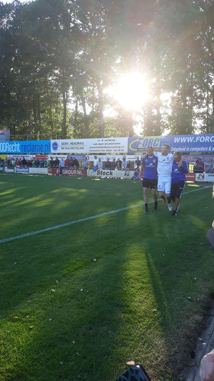 Mike van Duinen wordt tegen FC Emmen, tien minuten na zijn invalbeurt, van het veld gedragen door de fysiektrainer en de verzorgster. In het ziekenhuis blijkt hij zijn middenvoetsbeentje te hebben gebroken.