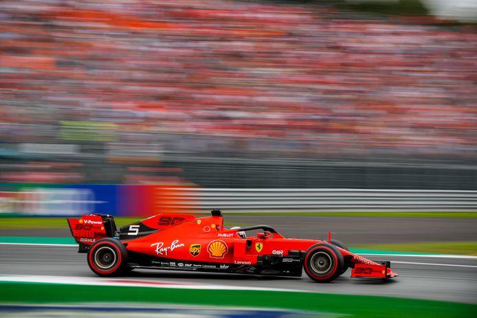 Sebastian Vettel in zijn Ferrari op het circuit van Monza.
