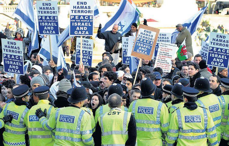 Pro-Israëlische demonstranten roepen op het Trafalgar Square in Londen om 'een einde aan de terreur van Hamas'. Foto AP/Andy Rain Beeld