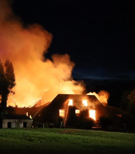 Asbest vrijgekomen bij zeer grote boerderijbrand in Altforst