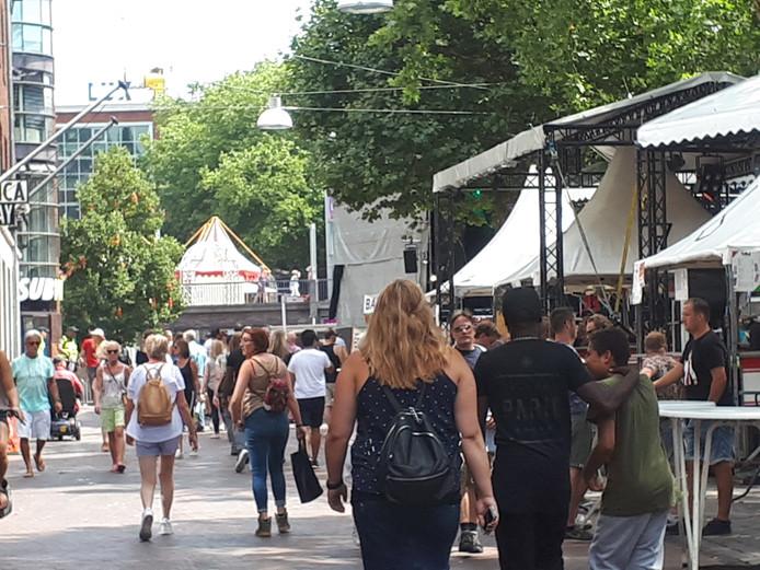 Feestvierders lopen de stad in.