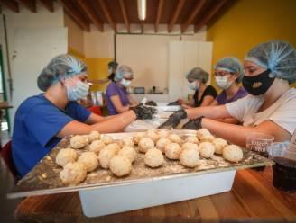 Chiromeisjes Hern verkopen 2.200 macaronibollen voor Môndëgse kos