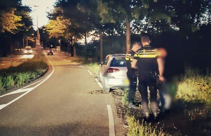 Bestuurder rijdt tegen boom in Tilburg.