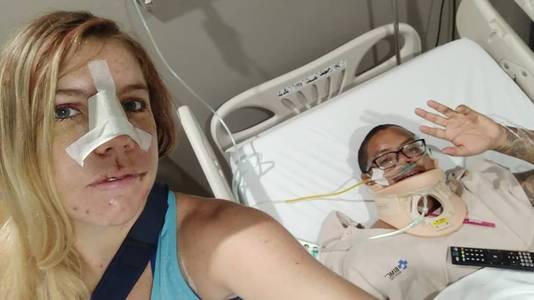 Stacey Eno neemt de foto in het ziekenhuis in Kuta, in bed doet Michael Lythcott dapper mee. Beiden zijn geopereerd.