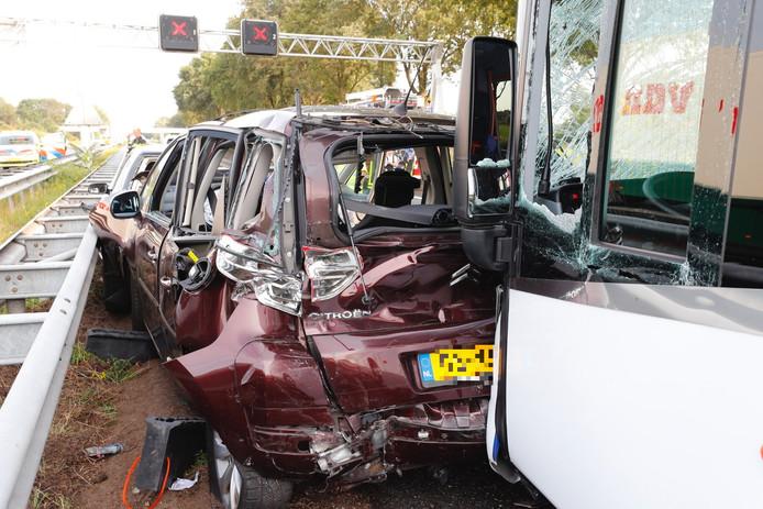 De bus botste tegen meerdere auto's.