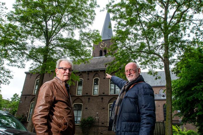 Johan Grobbee (links) en bouwkundige Jan Daggenvoorde (rechts) bij de pastorie in Deventer. Het dak bevat wel asbest, maar de komende tijd is vervanging nog niet aan de orde.