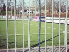 Jeugd vernielt hek ASWH om te kunnen voetballen