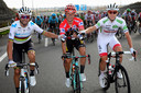 Roglic in het midden als eindwinnaar, naast nummer twee Valverde (links) en Pogacar (r).