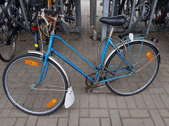 Fietsen waarvan het label niet was verwijderd, zijn uit het fietsenrek aan het station weggehaald.