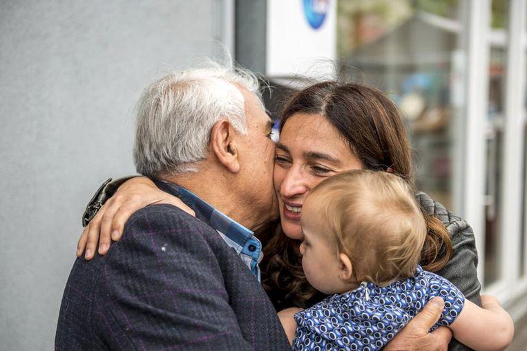 Zuhal Demir met haar vader en haar dochtertje.