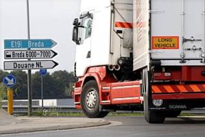 Vrachtewagen bij het bedrijventerrein Hazeldonk.