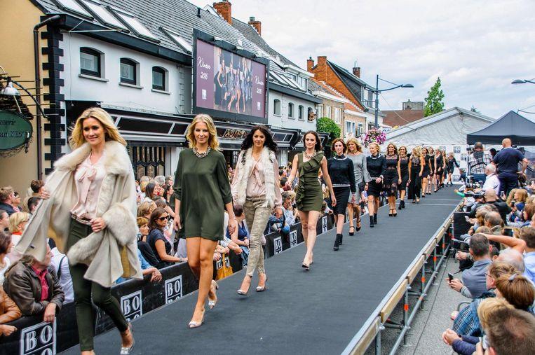 Bobo werd onder meer door haar talrijke en groots opgezette BV-modeshows tot over heel Vlaanderen bekend. Bekende gezichten die hun naam verbonden aan de zaak zijn onder meer Véronique De Kock (r.) en Phaedra Hoste (l.)