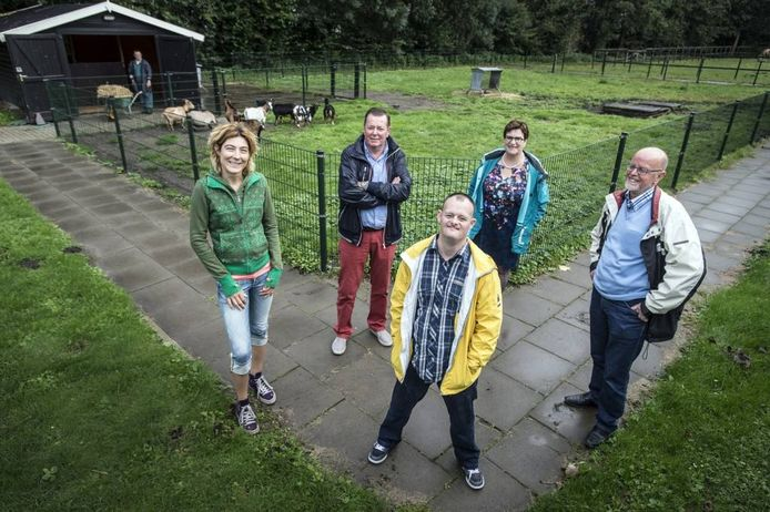 Op de voorgrond Jürgen Loonen, met om hem heen enkele pijlers uit zijn sociale netwerk. Van links naar rechts: Maureen Prenen, Rien Dudok, Lida en Cees Loonen.