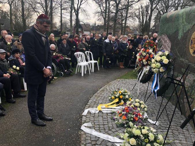 Staatssecretaris Paul Blokhuis bij de herdenking in Apeldoorn, waar werd stilgestaan bij de ontruiming van een Joodse psychiatrisch instelling door de nazi's.