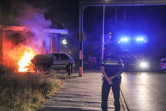 De brandweer had het vuur snel onder onder controle, maar kon niet voorkomen dat de auto zwaar beschadigd raakte.