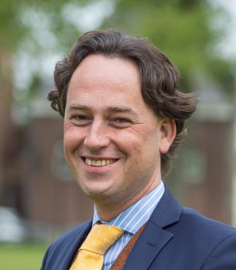 Vertrokken wethouder Bernd Roks geeft afscheidscadeau aan minima Hilvarenbeek