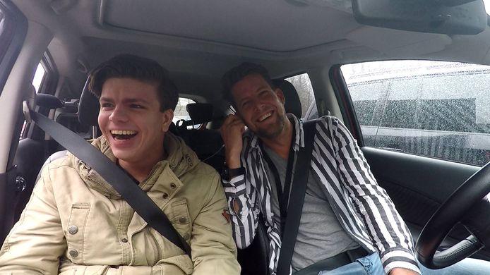 Bram Agterbos en verslaggever Joost Dijkgraaf kijken naar Laurens ten Den in actie
