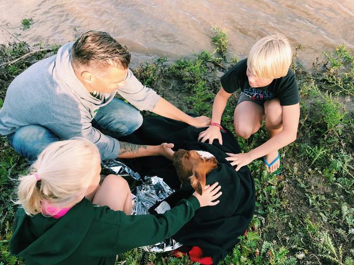 De redder van het kalfje in Zutphen met zijn twee kinderen.