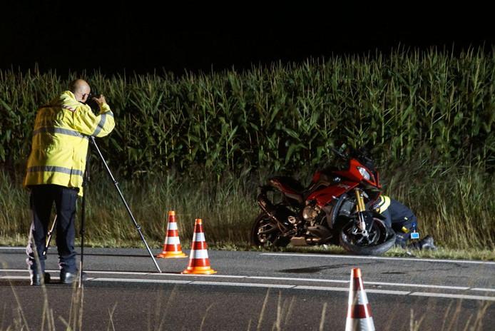 Politie onderzoekt de plek van het ongeluk.