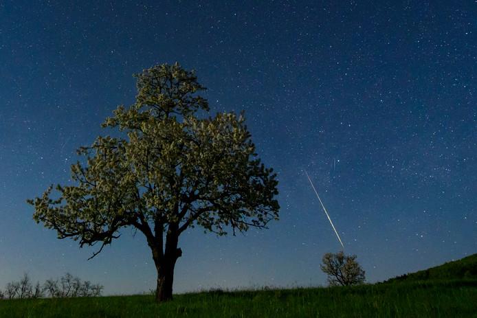 Meteorieten schieten als vallende sterren door de heldere nacht en verbranden door de atmosfeer boven het Hongaarse Salgotarjan. Foto Peter Komka