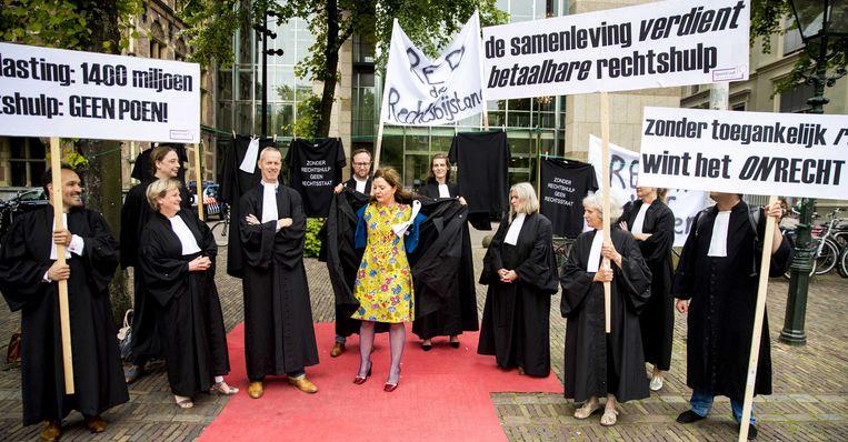 Advocaten in toga tijdens een tweedaags protest tegen verdere bezuinigingen in het stelsel van gefinancierde rechtsbijstand, juni 2018.  Beeld ANP