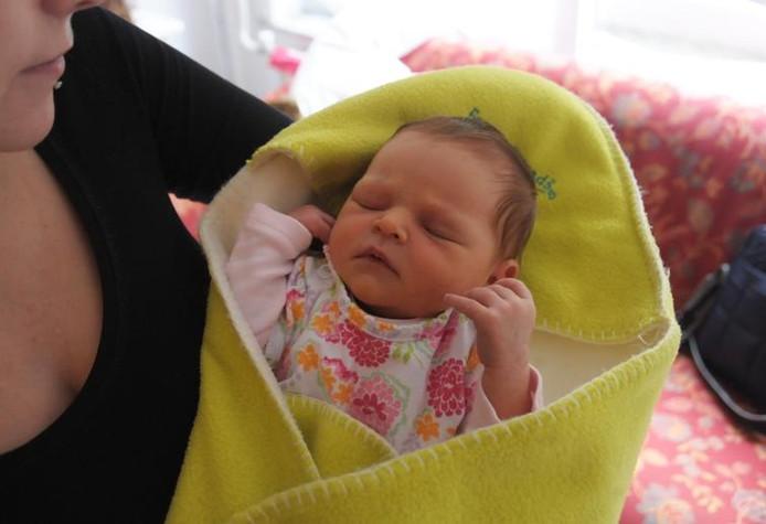 Ashley met Shenaya, haar pasgeboren dochtertje. foto Peter Nicolai