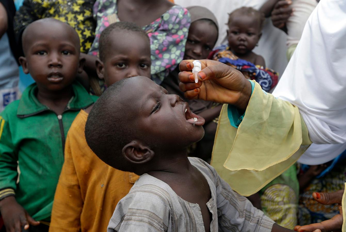 Kinderen worden gevaccineerd tegen polio in Nigeria