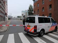 Geschoten vanuit auto bij stoplicht, voertuig gaat ervandoor over fietspad