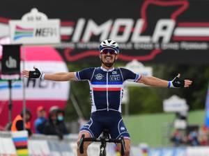 Julian Alaphilippe remporte les Mondiaux de cyclisme, Wout van Aert médaillé d'argent