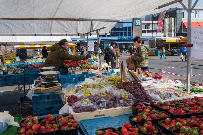 De zaterdagmarkt op de Woenselsemarkt mag weer doorgaan in afgeslankte vorm zonder 'non-food kramen' en extra maatregelen tegen drukte.