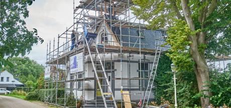 Voormalig raadhuis in Maren-Kessel krijgt na 119 jaar nieuwe leien