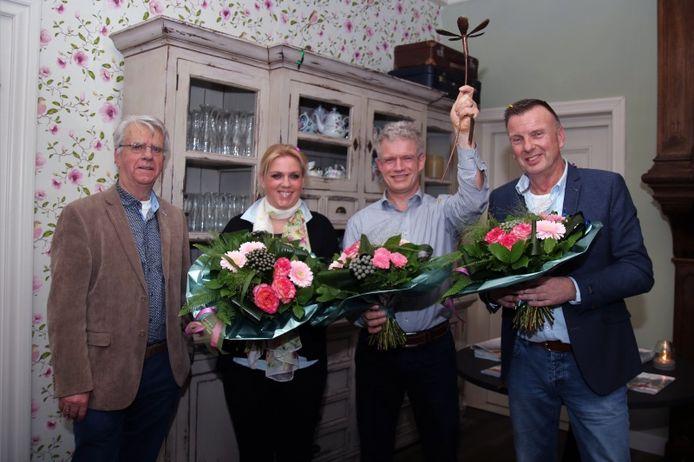 Leon Adegeest wint de Vechttrofee 2017. De andere genomineerden waren Marjolein Rhee uit Ommen en Henk Zeevat uit Hardenberg. Links Wim Borst.