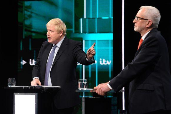Johnson en Corbyn in debat met elkaar.