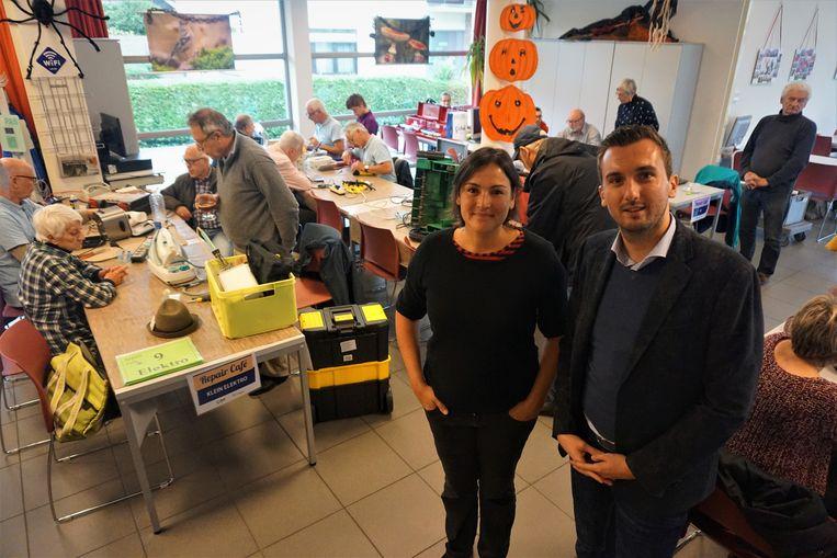 Schepen Maxim Donck en centrumleider Debbie Degrieck stellen een nieuw seizoen van het Repair Café voor.