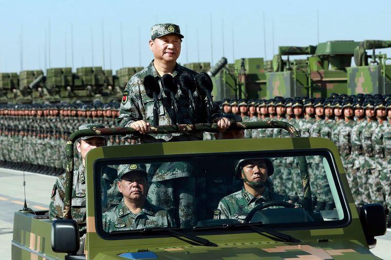 De Chinese president Xi Jinping inspecteert de troepen. Beeld AP