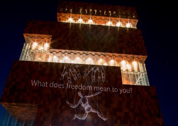"""""""Wat bekent vrijheid voor jou?"""" Een van de vele kritische boodschappen die vrijdagavond op het MAS pronkten."""