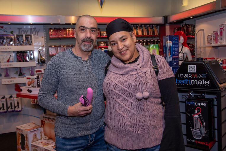 Joeri en Nathalie komen hun oude sexspeeltje ruilen in de nieuwe Babylon Loveshop in Wetteren.